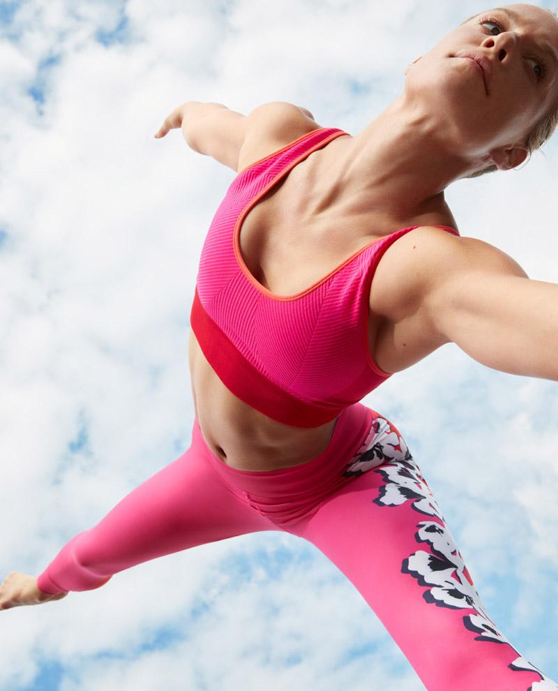 adidas x Stella McCartney — jaro/léto 2017 — dámské sportovní oblečení — růžové legíny — růžové podprsenka — oranžové šortky