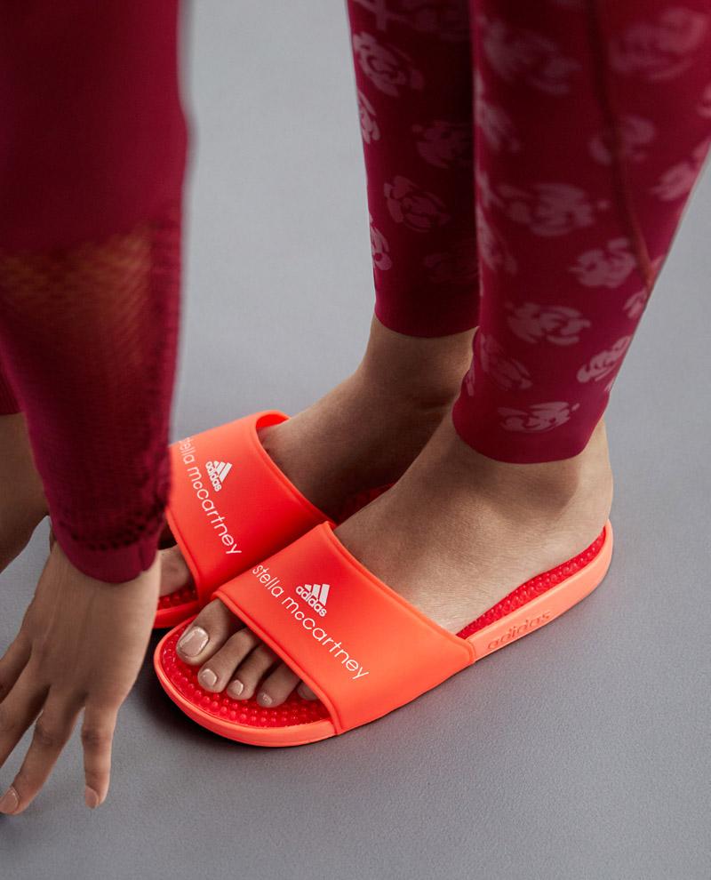 adidas x Stella McCartney — jaro/léto 2017 — dámské sportovní oblečení — oranžové pantofle adissage