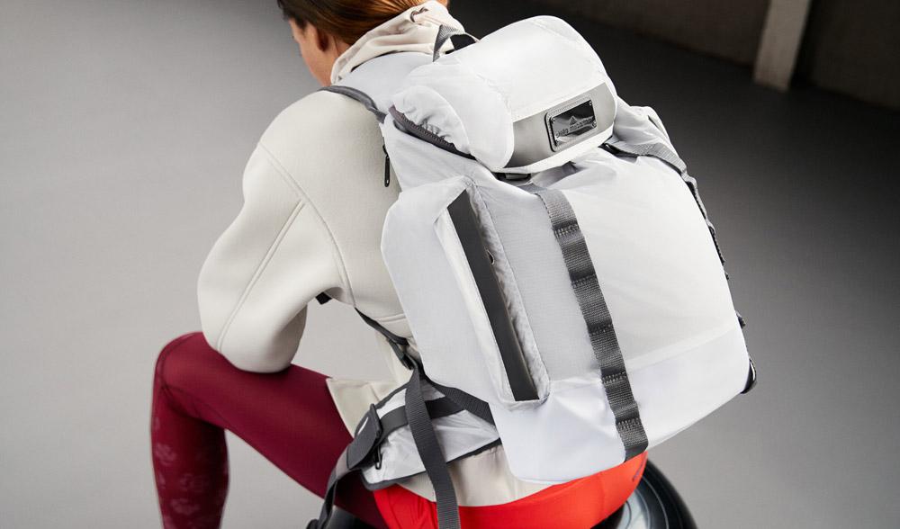 adidas x Stella McCartney — jaro/léto 2017 — dámské sportovní oblečení — šedo-bílý batoh