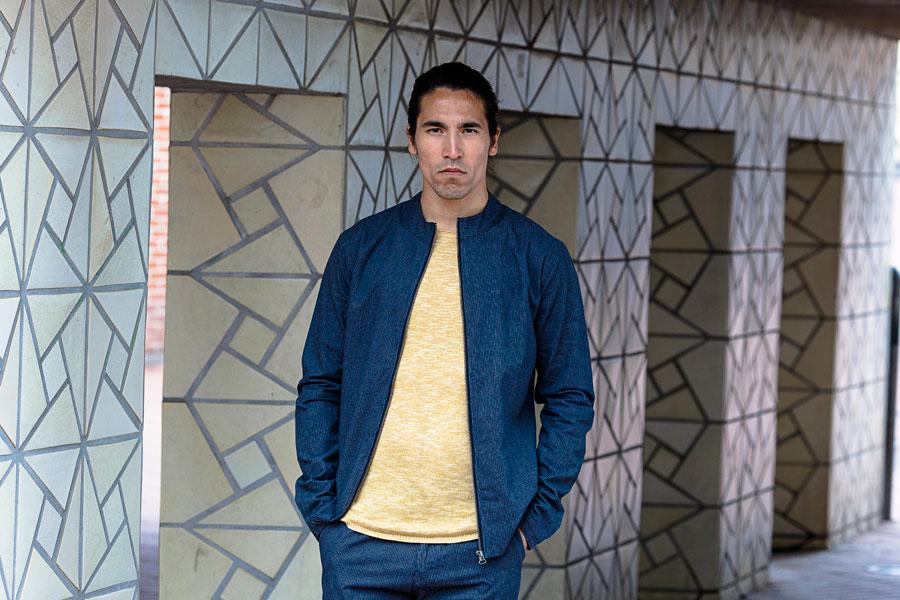 Anerkjendt — pánská modrá bunda do pasu na zip bez kapuce — tenký žlutý svetr