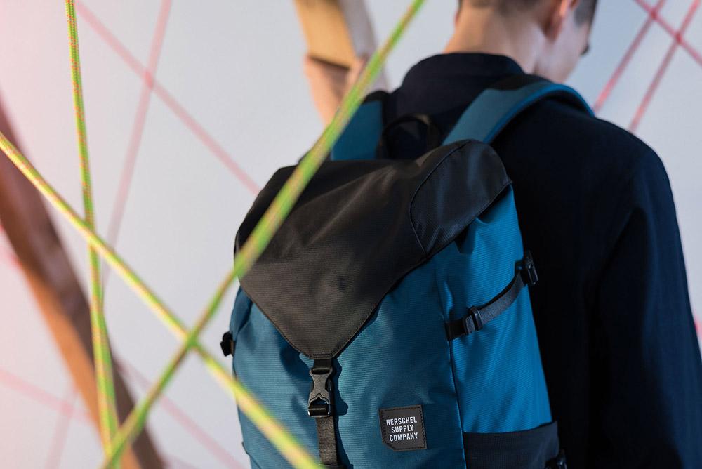 Herschel Supply — batoh na záda — černo-modrý — Barlow Backpack — kolekce Trail