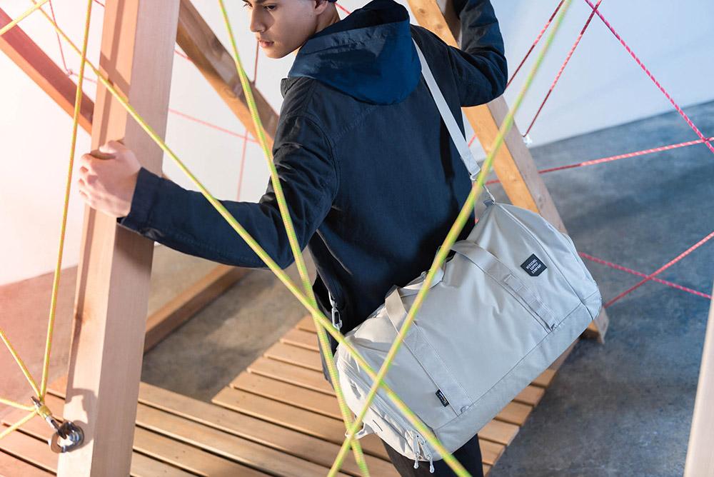 Herschel Supply — cestovní taška přes rameno a do ruky — světle šedá — Gorge Duffle — kolekce Trail