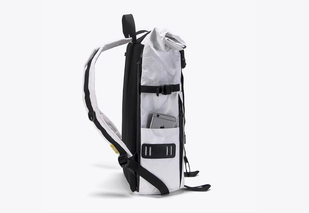 We Are Able — RollTop Tyvek — rolovací batoh na záda — backpack — bílý — mačkaný vzhled — boční pohled