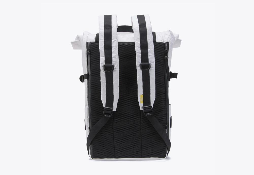 We Are Able — RollTop Tyvek — rolovací batoh na záda — backpack — bílý — mačkaný vzhled — zadní pohled