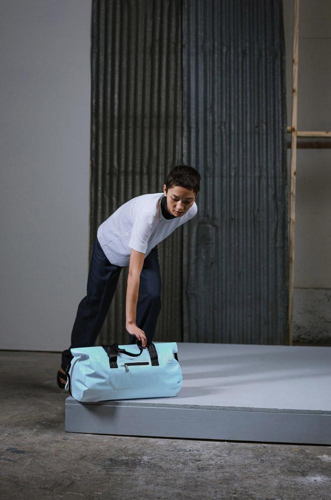 Herschel Supply — Studio — cestovní taška — Coast Duffle Tarpaulin — bledě modrá, pastelová