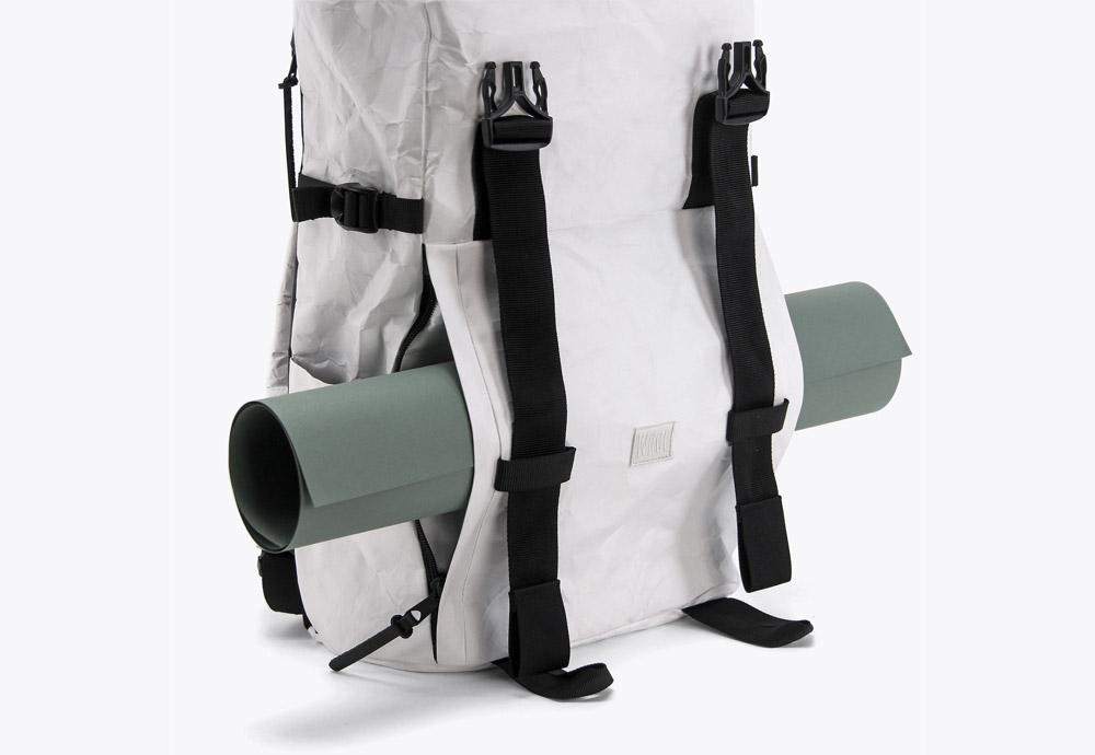 We Are Able — RollTop Tyvek — rolovací batoh na záda — backpack — bílý — mačkaný vzhled — prostor pro karimatku