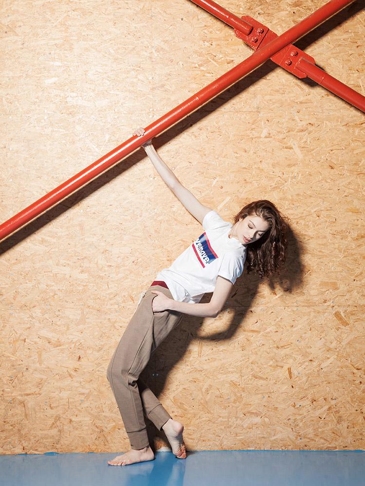 Wemove — béžové tepláky — bílé tričko s potiskem — dámské sportovní oblečení