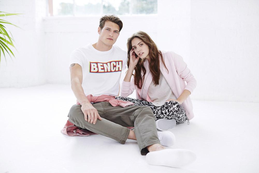 Bench — dámská růžová bunda bez límce — pánské bílé tričko