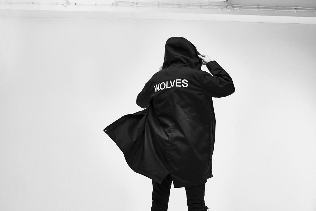Ortiz — pánská parka s kapucí — Wolves — fishtail — černá — dlouhá jarní bunda