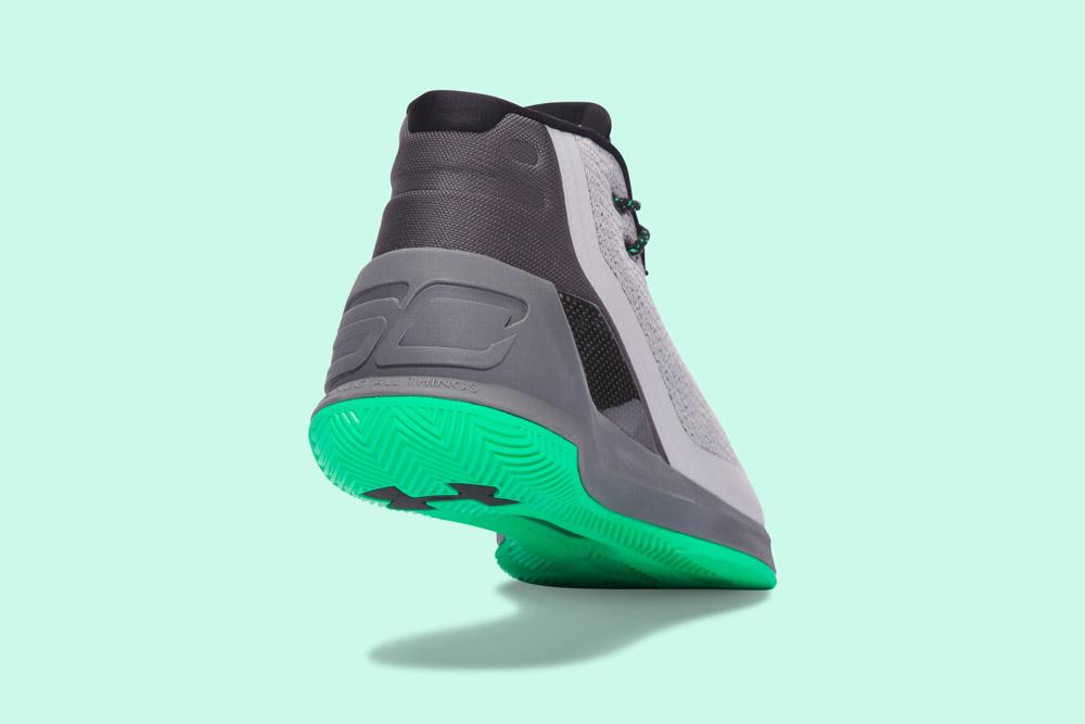 Under Armour Curry 3 — basketbalové boty — kotníkové — pánské — tenisky — sneakers — šedé, zelená podrážka — zadní pohled