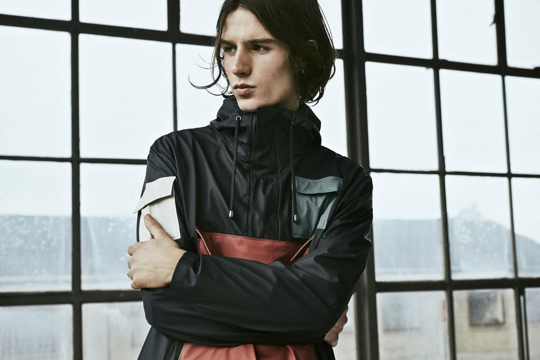 Rains LTD. — modrý pršiplášť s kapucí — pánský pullover — pláštěnka — raincoat — nepromokavá bunda — dámská — jaro/léto 2017