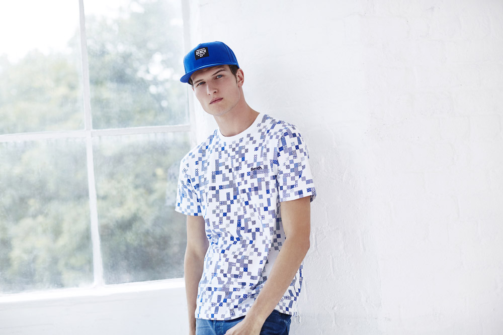 Bench — pánské bílé tričko s modrými kostkami — modrá kšiltovka