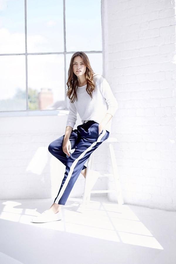Bench — dámské modré kalhoty ke kotníkům s bílým pruhem — dámský jarní/letní bílý svetr, jumper