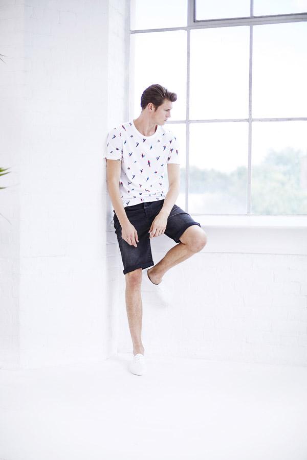 Bench — pánské bílé tričko s papoušky — džínové šortky pánské