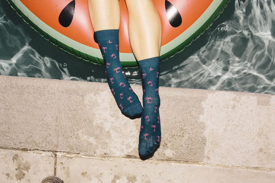 Happy Socks — modro-zelené ponožky s růžovými palmami — vysoké — bavlněné — lookbook jaro/léto 2017