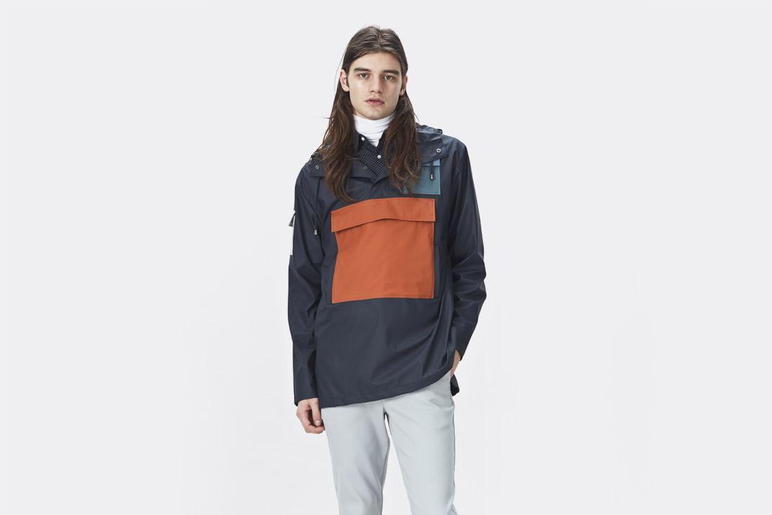 Rains LTD. — oranžovo-modrý pršiplášť s kapucí — pánský pullover — pánská pláštěnka — raincoat — nepromokavá bunda — jaro/léto 2017