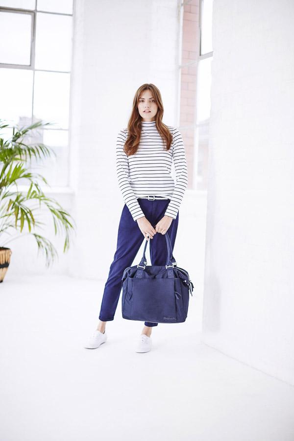 Bench — krátké dámské modré kalhoty — bílý rolák s modrými proužky — modrá taška do ruky