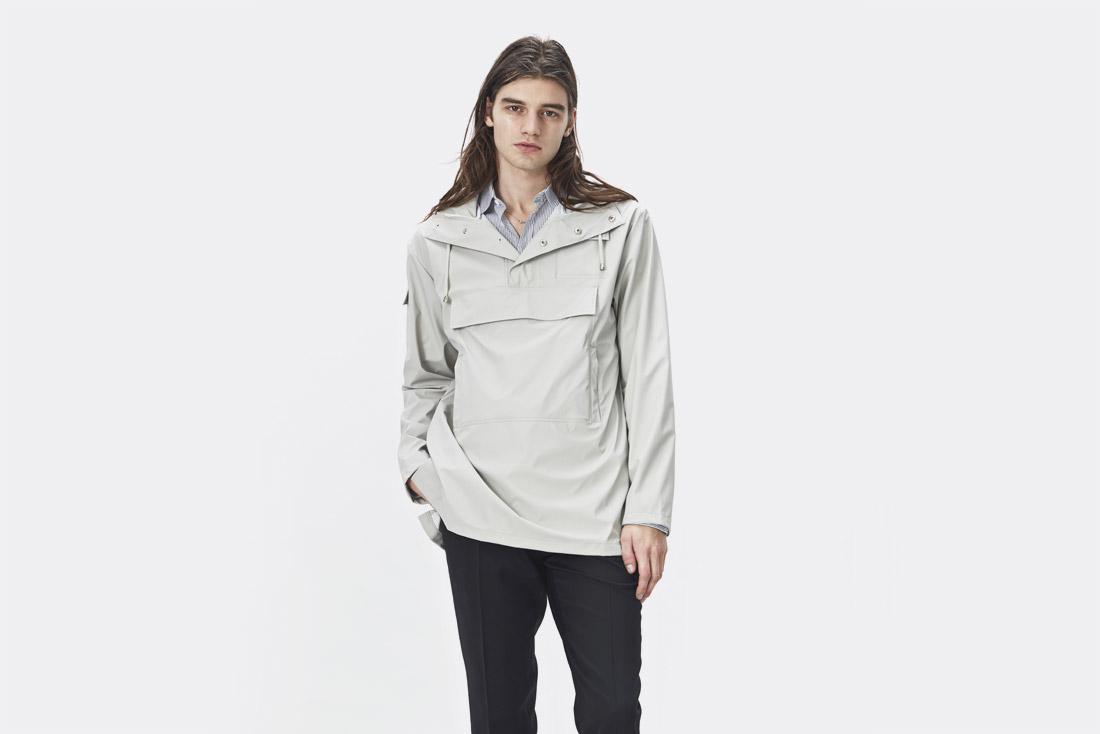 Rains LTD. — smetanově bílý pršiplášť s kapucí — pánský pullover — pánská pláštěnka — raincoat — nepromokavá bunda — jaro/léto 2017