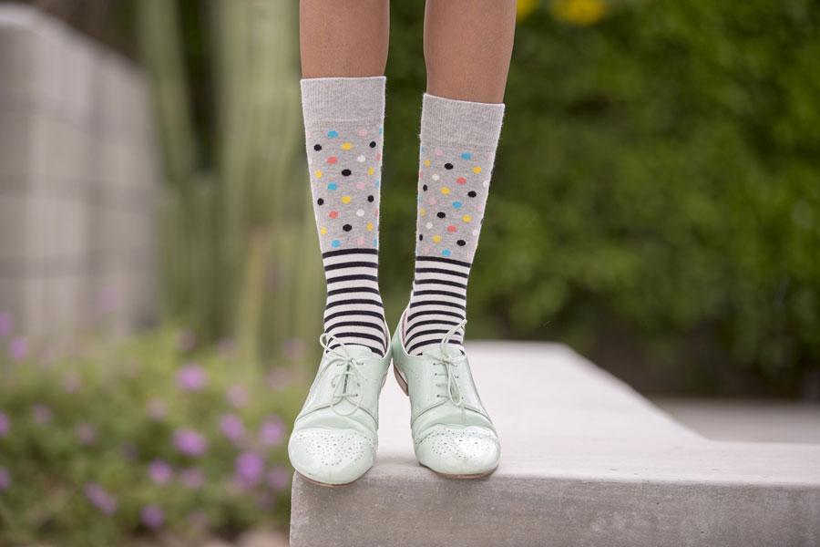 Happy Socks — šedé ponožky s puntíky — dámské — vysoké — bavlněné — lookbook jaro/léto 2017