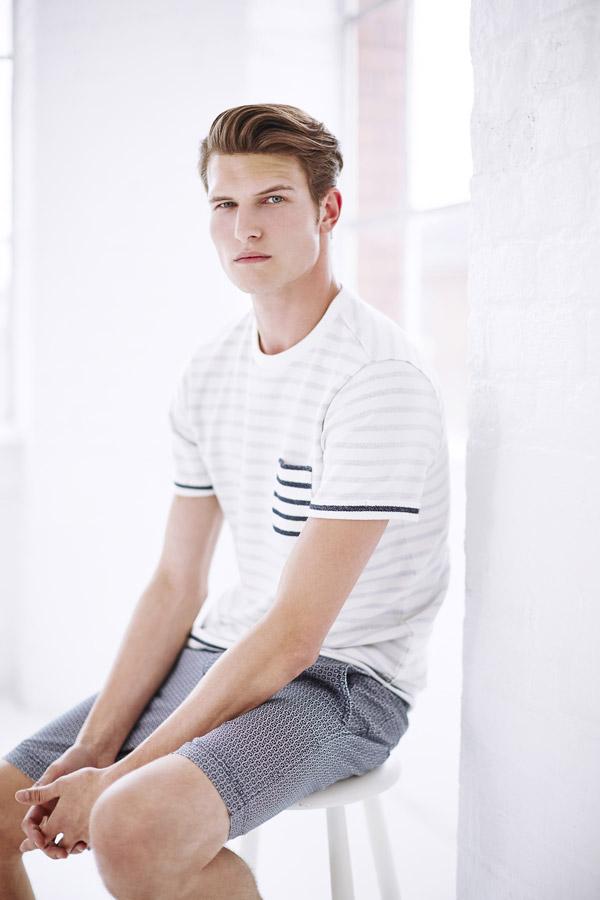 Bench — pánské bílé pruhované tričko s kapsičkou — šedé šortky, kraťasy