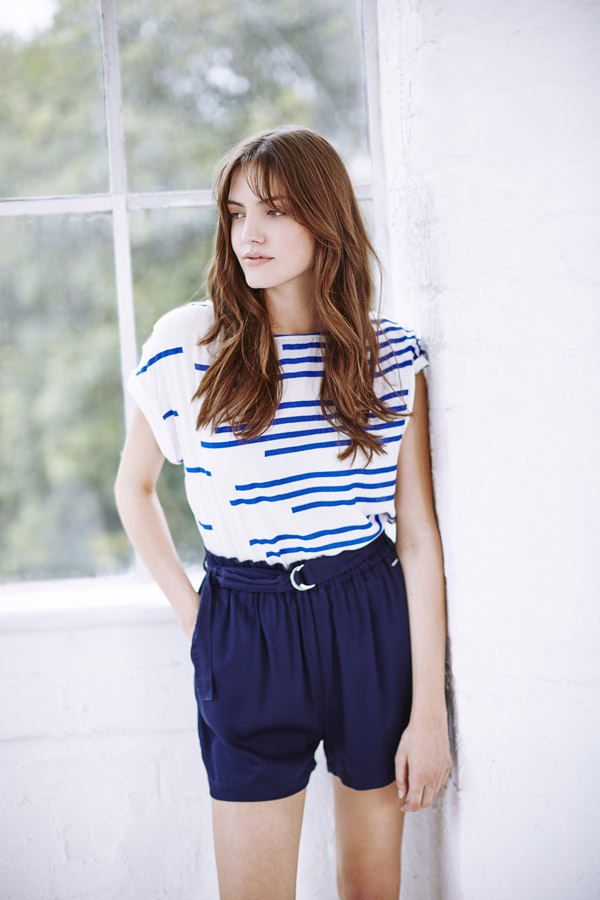 Bench — dámské modré kraťasy — oversized dlouhé tričko bílé s modrými proužky