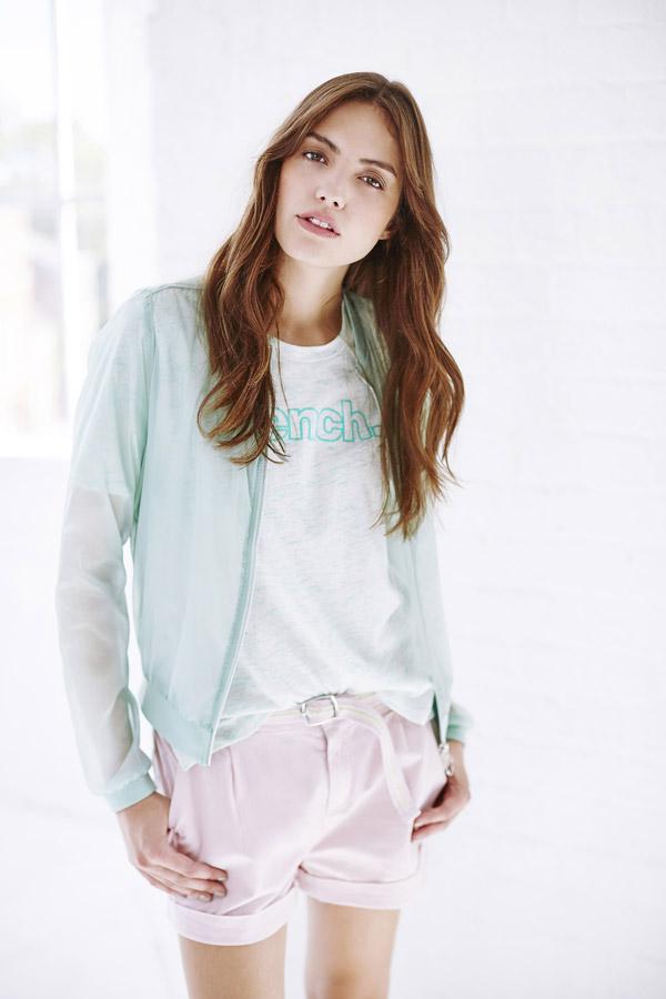 Bench — dámský průhledný zelený bomber — růžové kraťasy, šortky — bílé tričko se zeleným melírem