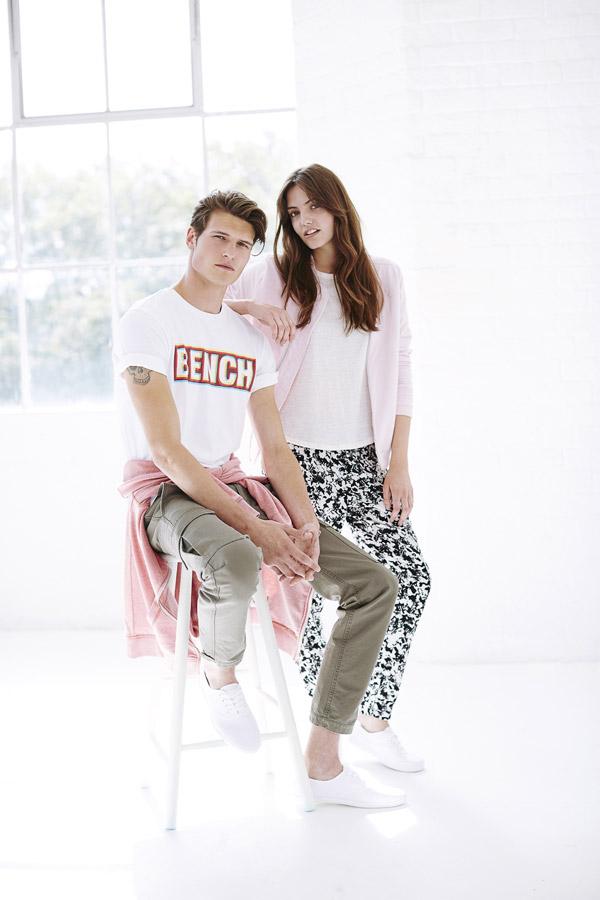 Bench — pánské bílé tričko — dámské černo-bílé kalhoty se vzorem — dámská růžová bunda do pasu bez límce