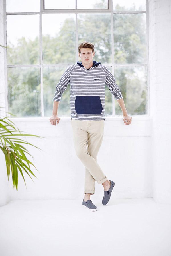 Bench — modrá pruhovaná mikina s kapucí — béžové letní kalhoty