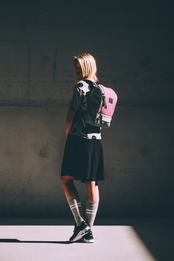 Pinqponq — šedo-růžový batoh — Okay Maxi — recyklovaný z PET — sustainable — backpack