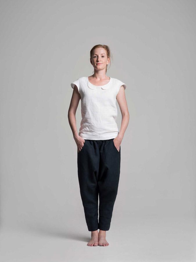 K.BANA — dámské lněné kalhoty (tmavě modré) — dámská lněná halenka (bílá)