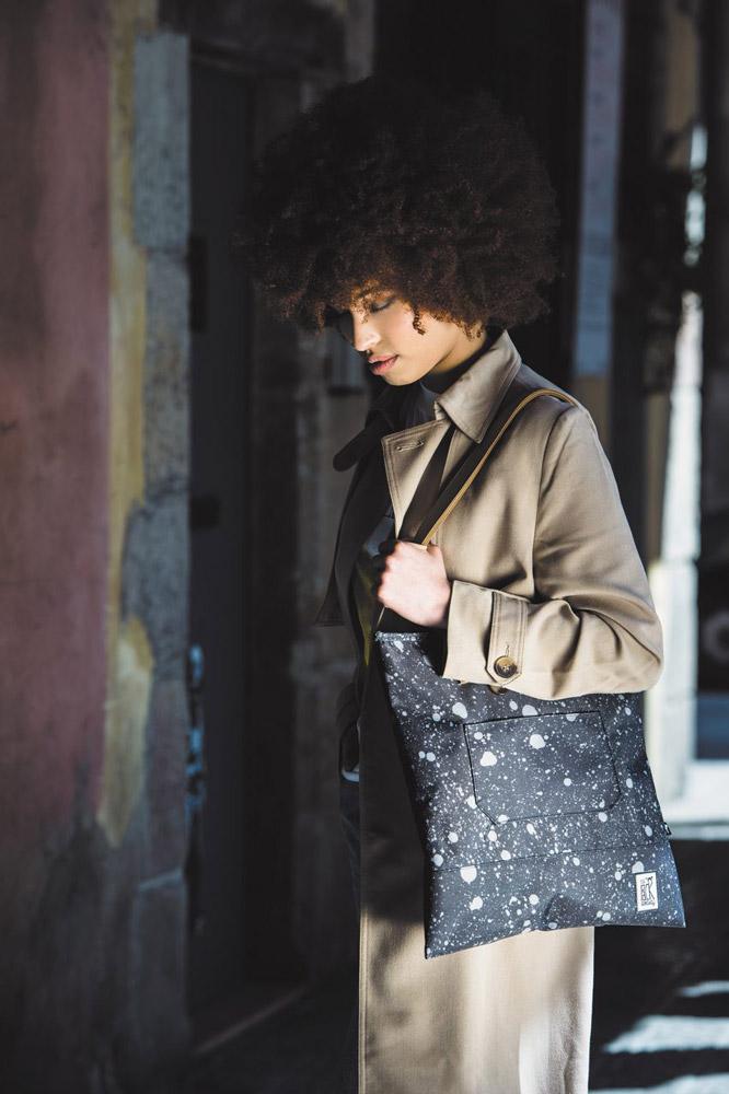 The Pack Society — černá taška se kapkami barvy — plátěné batohy — jaro/léto 2017