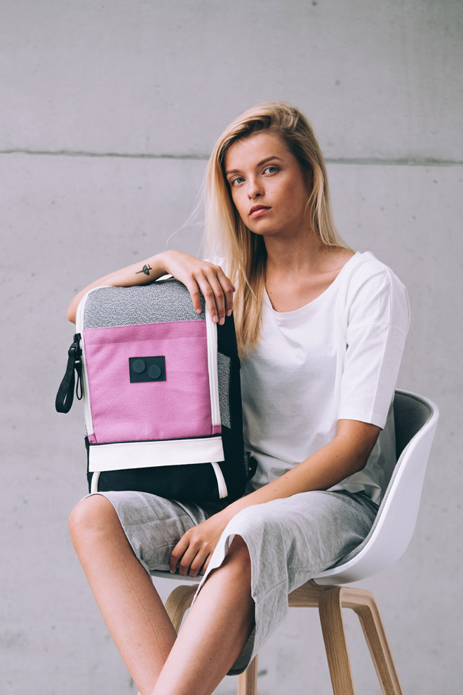 Pinqponq — šedo-růžový batoh — Cubik small — recyklovaný z PET — sustainable — backpack