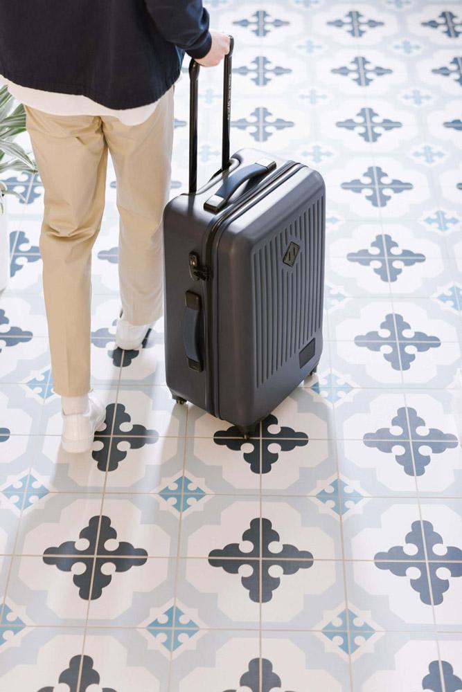 Herschel Supply — skořepinový cestovní kufr, uzamykatelný — Trade Medium Luggage — tmavě šedý — lookbook léto (summer) 2017