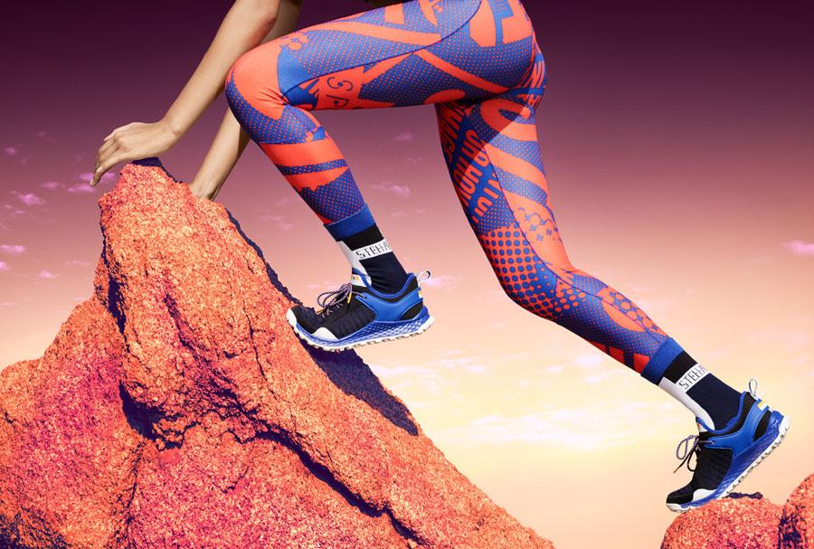 adidas StellaSport — dámské sportovní oblečení — podzim/zima 2017 — modro-oranžové legíny — boty Aleki X