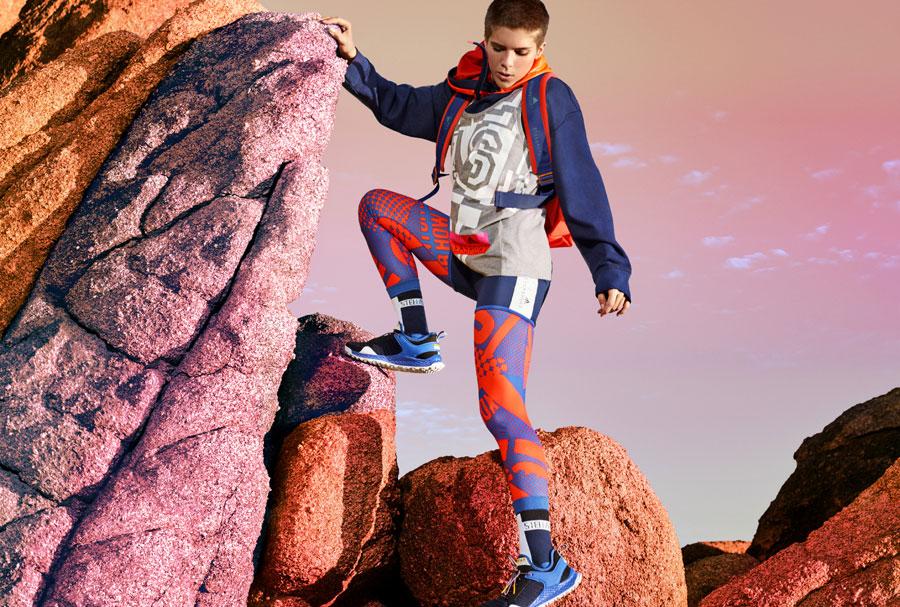 adidas StellaSport — dámské sportovní oblečení — podzim/zima 2017 — modro-oranžové legíny — modrá mikina s kapucí — boty Aleki X