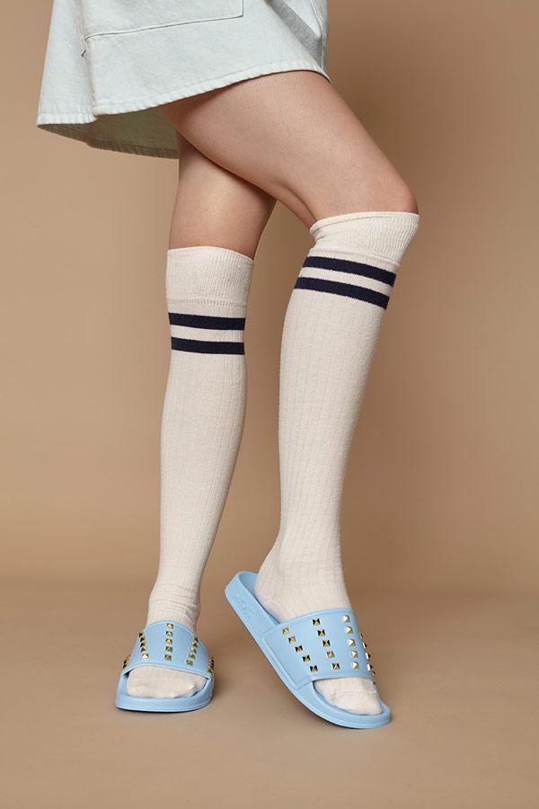 Slydes — dámské letní pantofle s cvočky — světle modré, pastelové — nazouváky (slides)