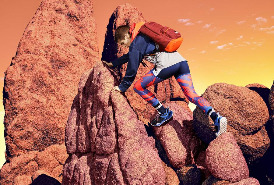 adidas StellaSport — dámské sportovní oblečení — podzim/zima 2017 — boty Aleki X — modro-oranžové legíny — oranžovo-červený batoh