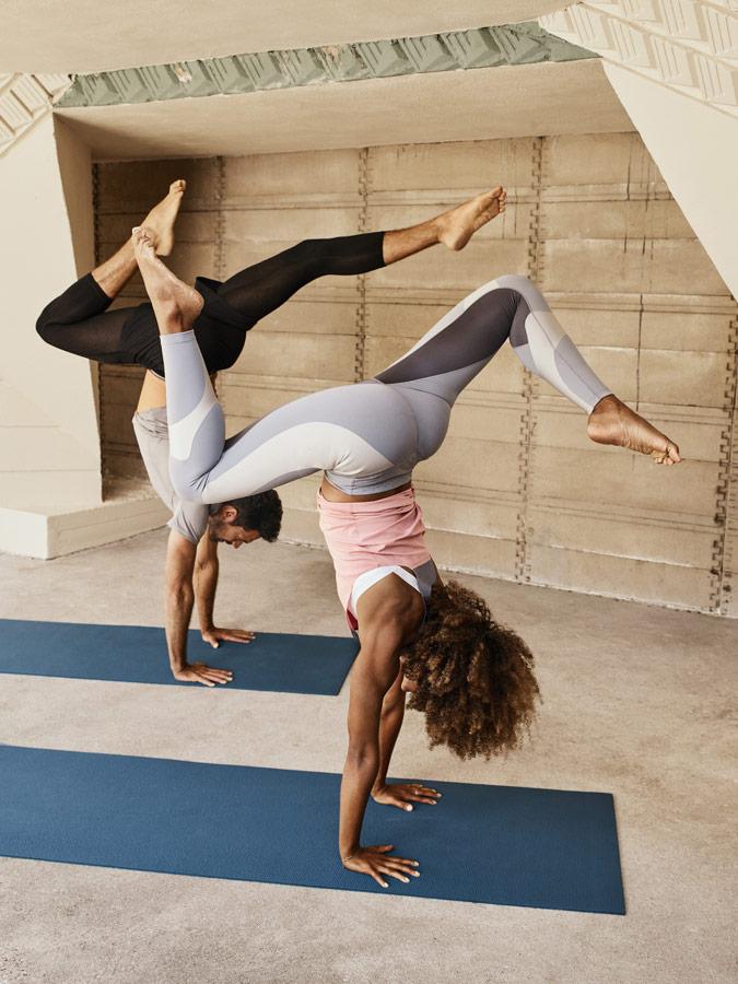 Nike — Yoga Wear — oblečení na jógu — bílo-šedé legíny na jógu — dámské růžové tílko — pánské šortky, tričko