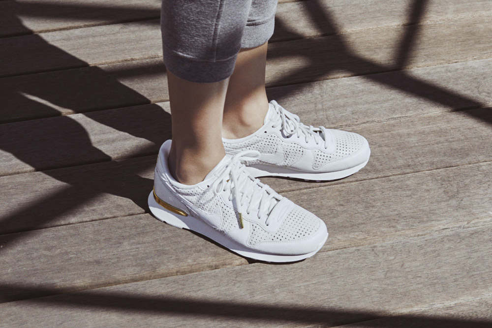 Nike Beautiful x Powerful x Elaine Thompson — dámské boty — Nike Internationalist Premium QS — bílé tenisky — sneakers