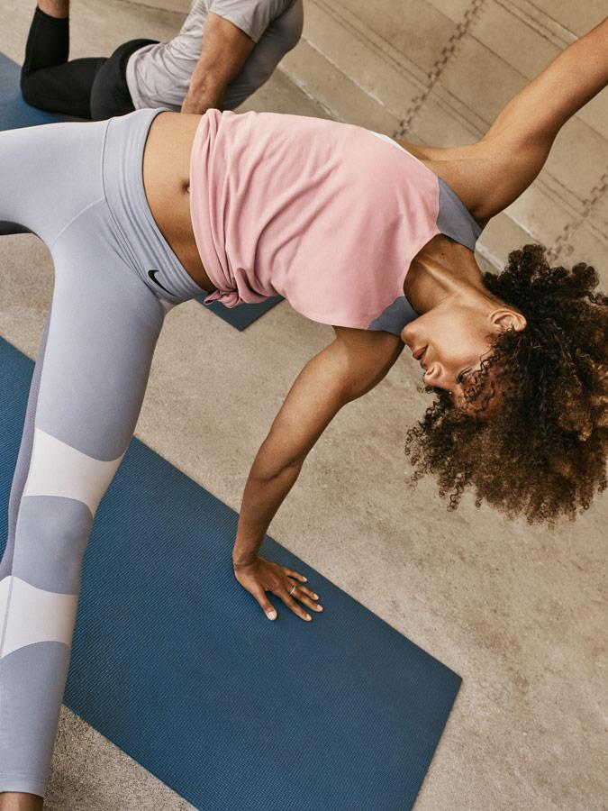 Nike — Yoga Wear — oblečení na jógu — dámské růžové tílko — bílo-šedé legíny na jógu