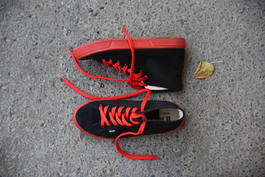 Bohempia — plátěné tenisky z konopí — černé, červené tkaničky, červená podrážka — kecky — letní tenisky — veganské — kotníkové — pánské, dámské — BHMP