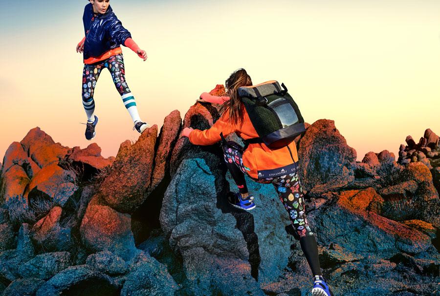 adidas StellaSport — dámské sportovní oblečení — podzim/zima 2017 — černé legíny s potiskem — modrá bunda s kapucí
