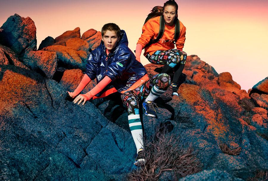 adidas StellaSport — dámské sportovní oblečení — podzim/zima 2017 — modrá bunda s kapucí — oranžová mikina — černé legíny s potiskem