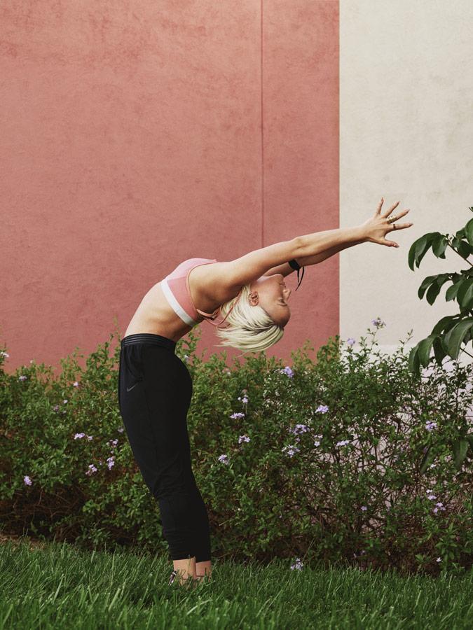 Nike — Yoga Wear — oblečení na jógu — černé tepláky a legíny na jógu — růžová sportovní podprsenka na jógu