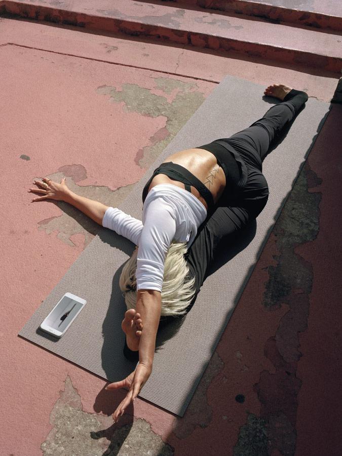 Nike — Yoga Wear — oblečení na jógu — dámské černé tepláky a legíny na jógu — dámské bílé tričko