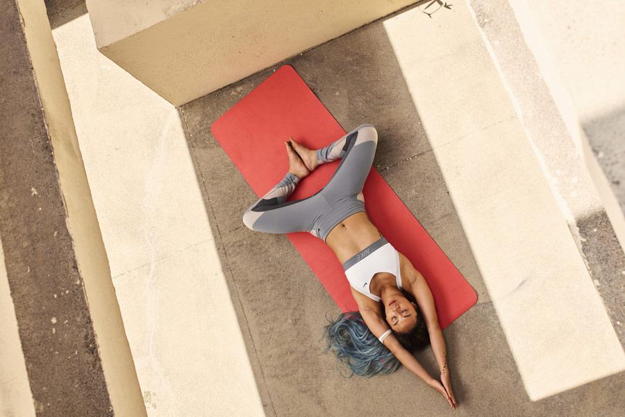 Nike — Yoga Wear — oblečení na jógu — šedé legíny na jógu — bílá sportovní podprsenka na jógu