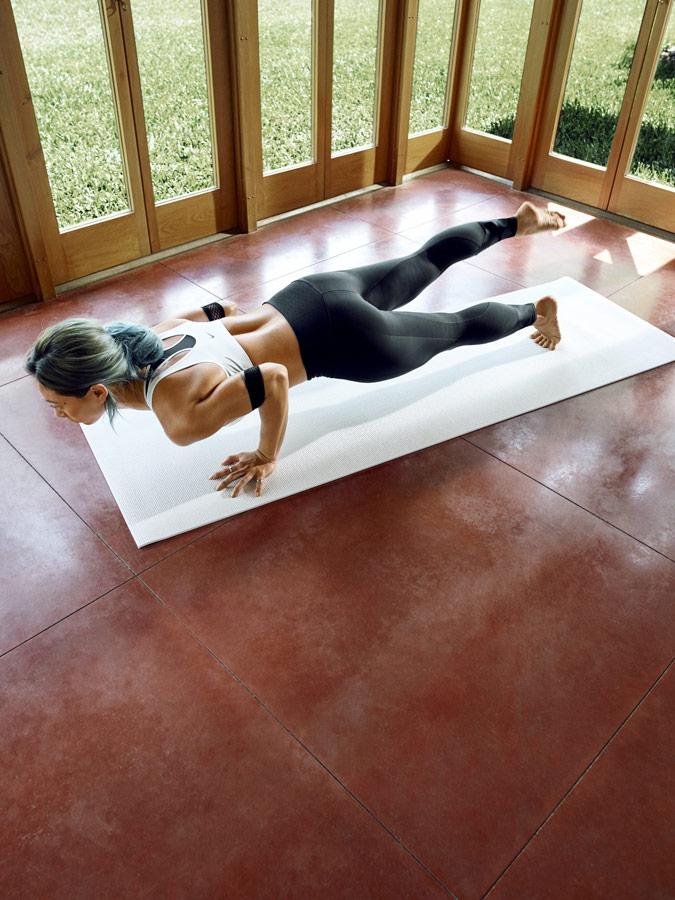 Nike — Yoga Wear — oblečení na jógu — dámské černé legíny na jógu — bílá sportovní podprsenka na jógu