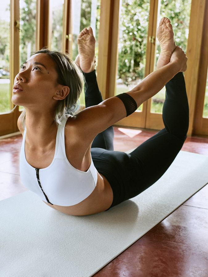 Nike — Yoga Wear — oblečení na jógu — bílá sportovní podprsenka na jógu — dámské černé legíny na jógu