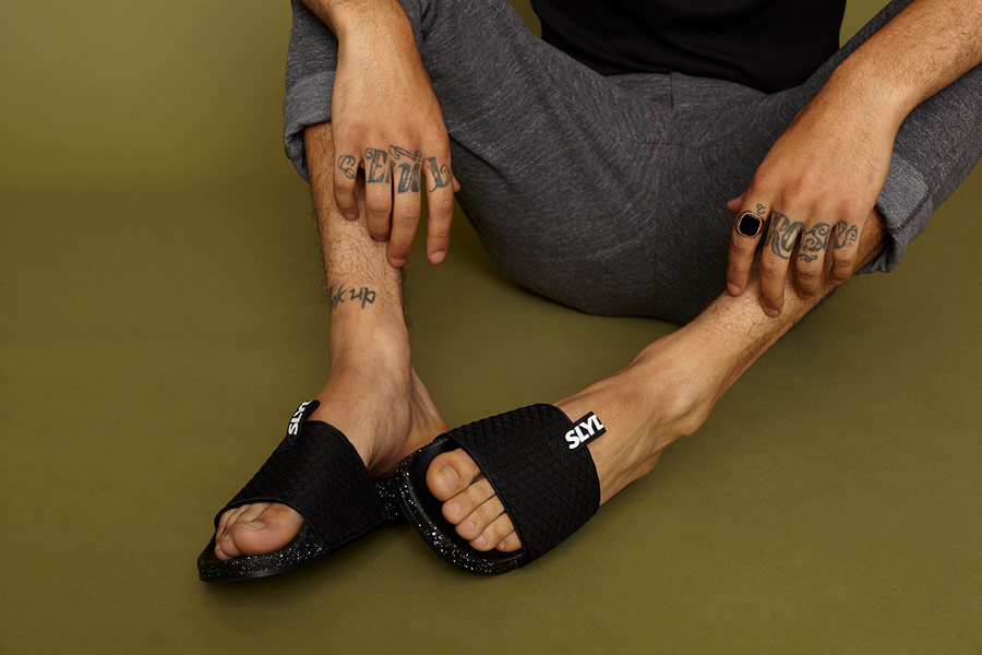 Slydes — černé letní pantofle s bílými skvrnami — pánské, dámské — nazouváky (slides)