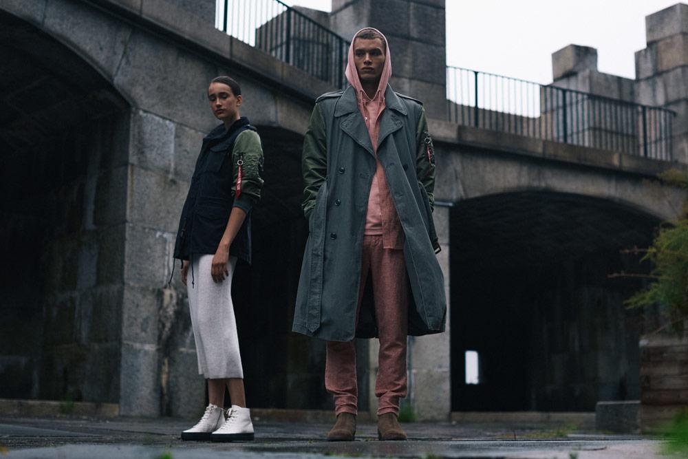 Alpha Industries — šedý pánský dlouhá kabát (army coat) — modro-zelená dámská bunda bez kapuce (army jacket)